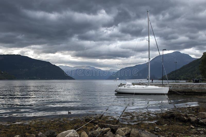 Maragingjacht in Noorse fjord stock afbeeldingen