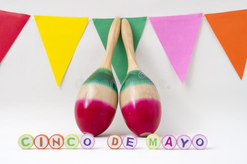 Marakasy i kolorowe flagi dla cinco de Mayo świętowania zdjęcie stock