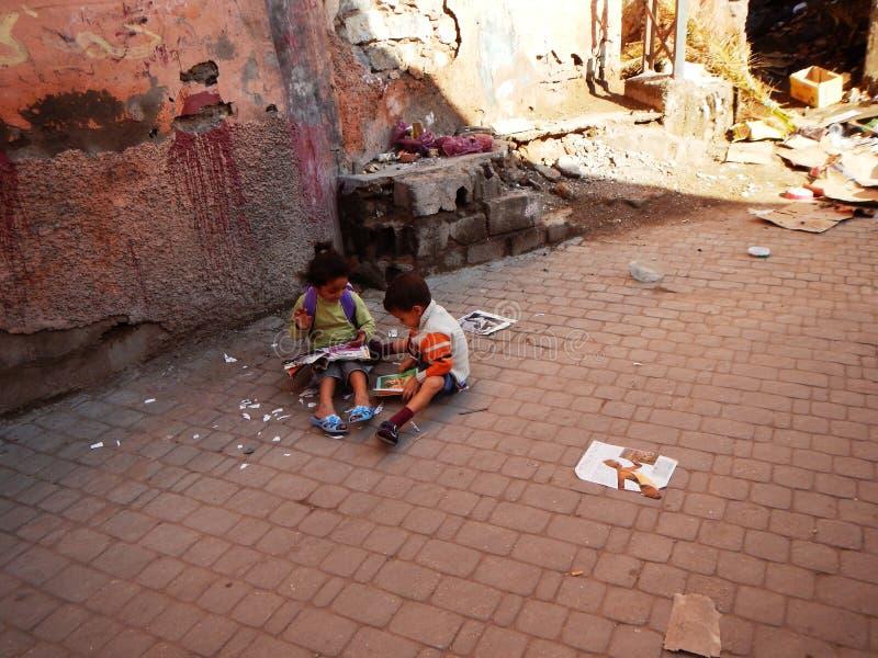 Marakesh, MAROKKO - 18. September 2013: Kinder, die in der Straße spielen stockfotografie