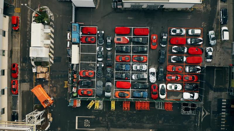 MARANELLO, ITALIA - 24 DICEMBRE 2018 Vista dall'alto in basso aerea stoccaggio dell'automobile della fabbrica di Ferrari di nuovo immagine stock libera da diritti