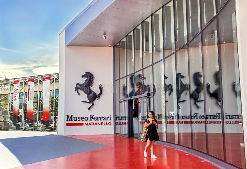 """Maranello Italien †""""Juli 26, 2017: Flicka nära den huvudsakliga ingången till det berömda populära Ferrari museet (Enzo Ferrari royaltyfri fotografi"""