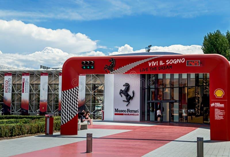 """Maranello Italien †""""Juli 26, 2017: Huvudsaklig ingång till det berömda populära Ferrari museet (Enzo Ferrari) arkivbild"""