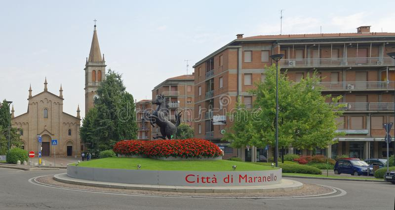 MARANELLO, MODENA, ITALIEN: Ferriari-Pferdemonument in der Stadt redaktionell stockfotografie