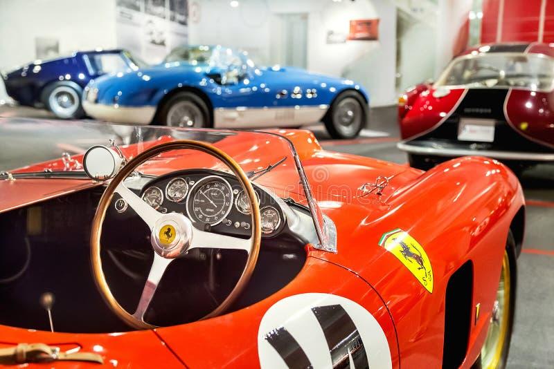 Maranello, Włochy †'Lipiec 26, 2017: Deska rozdzielcza i kierownica czerwonego rocznika klasyczny sport, samochód wyścigowy Fer zdjęcia stock