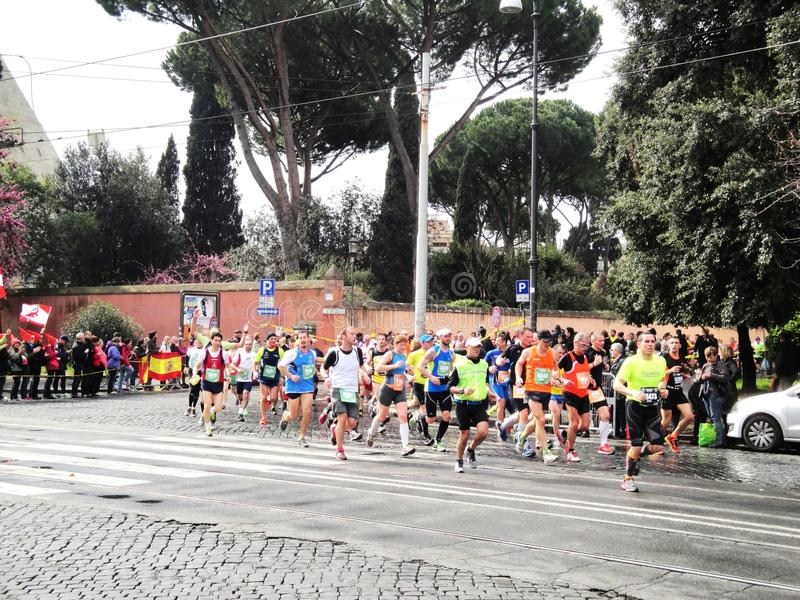 Download Mararathon Van Rome, Maart 2014, 11de Km Redactionele Fotografie - Afbeelding bestaande uit rout, jaar: 39111432