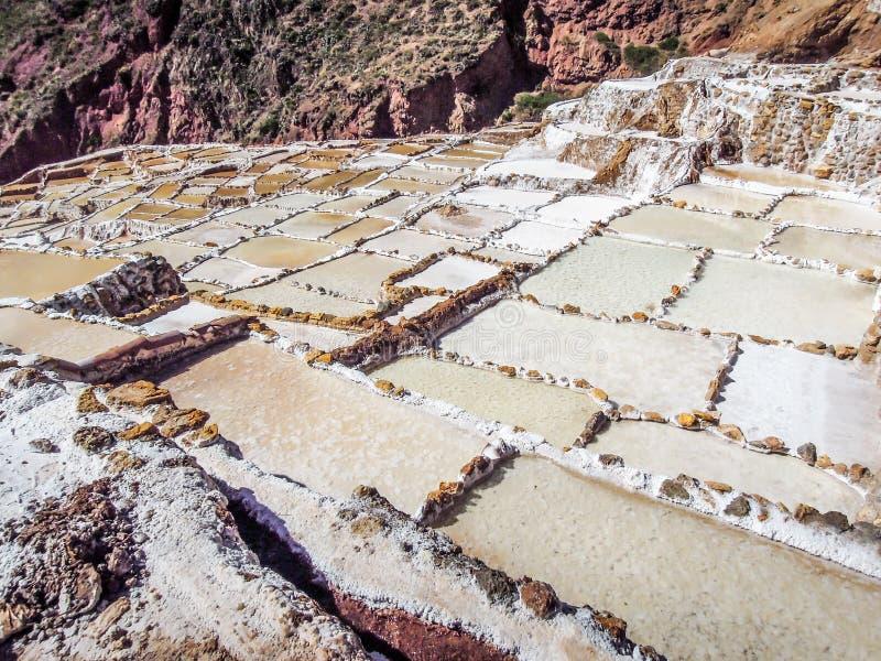 Maras,秘鲁27 2012年:盐溶蒸发池塘Salinas在神圣的谷的de Maras 库存照片