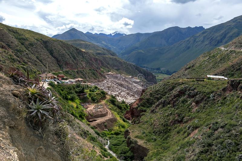 Maras saltar miner, den tusentals individen saltar tips på en backe som tillbaka daterar till Incan tider arkivbilder
