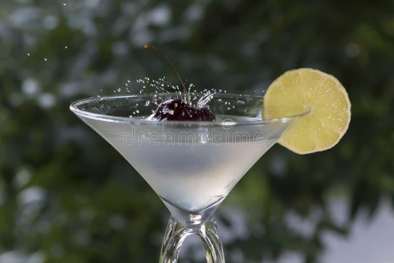 Maraschinokirsche fiel in Cocktailglas - Foto auf Lager stockfoto