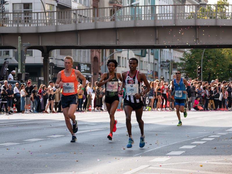 Maratón etíope 2018 de Helen Tola Running At Berlin del corredor en Berlín, Alemania imagenes de archivo