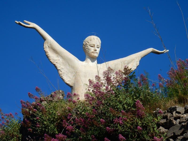 Maratea - άγαλμα του απελευθερωτή Χριστός μεταξύ των λουλουδιών στοκ εικόνες