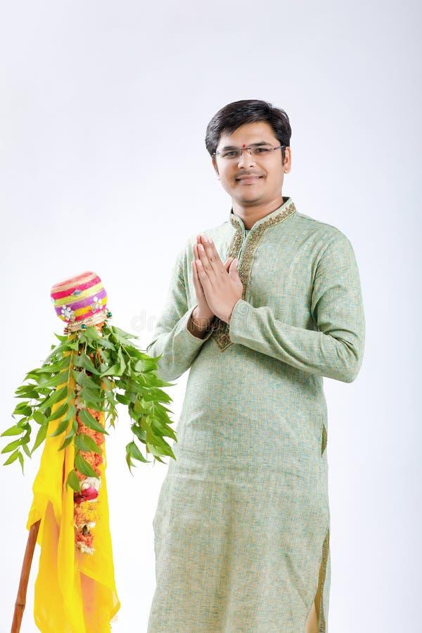 Marathi nieuw jaar van Gudipadwa, het jonge Indische het vieren festival van gudipadwa stock foto's