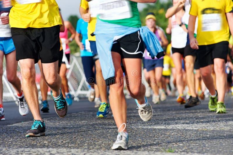 Marathon courant de personnes images stock