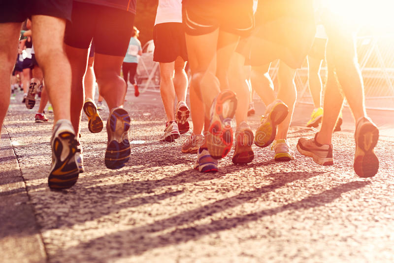 Marathon courant de personnes image stock