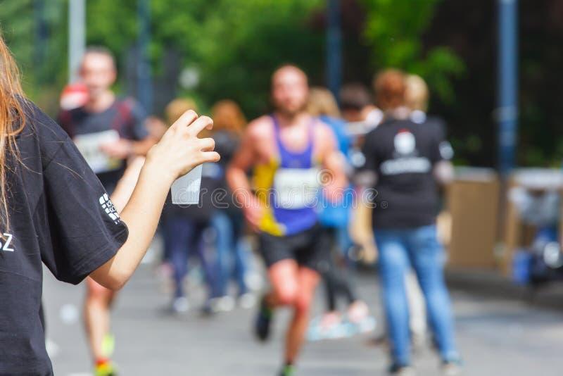 Marathon de Cracovia Coureurs sur les rues de ville images stock