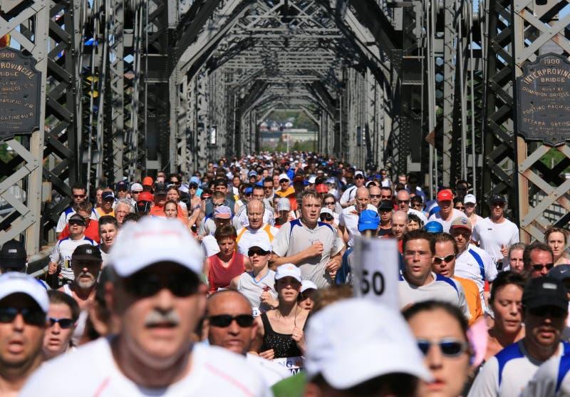 Marathon die Alexandra kruist stock fotografie