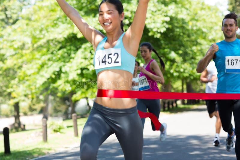 Marathonagent de kruising beëindigt lijn stock foto's