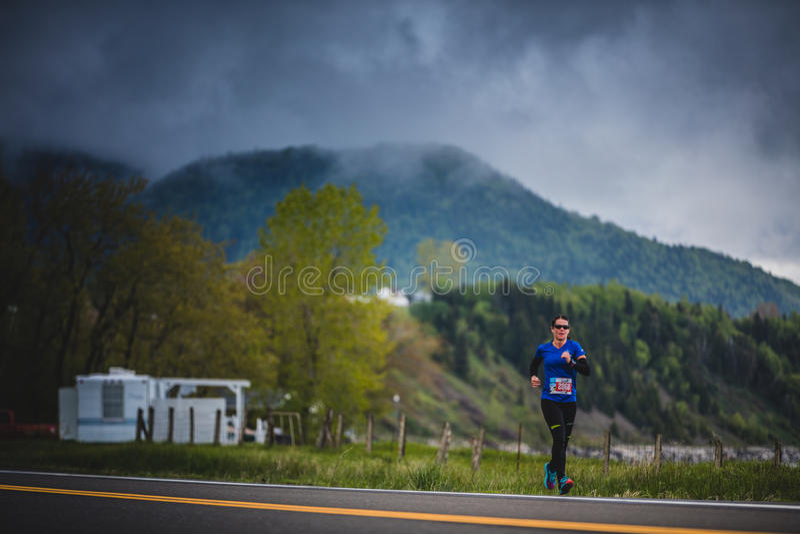 Marathoner aproximadamente los 7km de la mujer joven de la distancia solamente en el Sid imagen de archivo libre de regalías