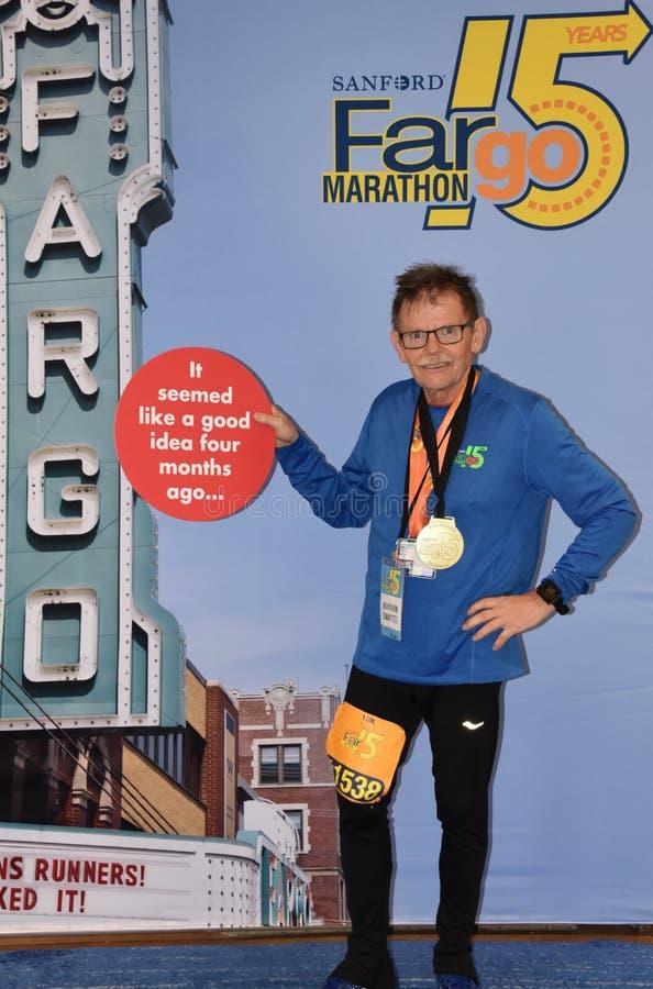 Marathoners состязаются в Marathoner Fargo в inclement погоде стоковое фото