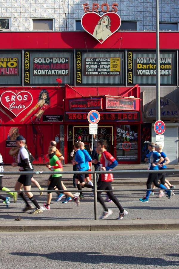 Marathoners przepustka przez St. Pauli zdjęcia stock