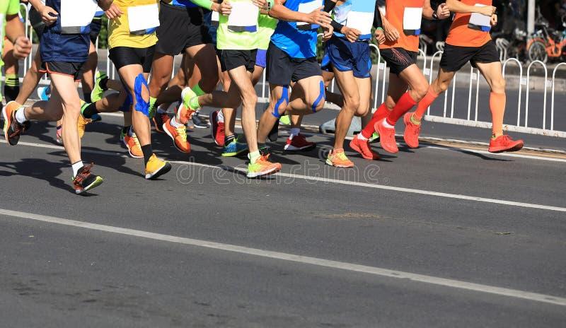 Marathoniens fonctionnant sur la route urbaine images libres de droits