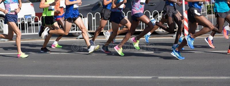 Marathonläufer-Beinlaufen stockfotos