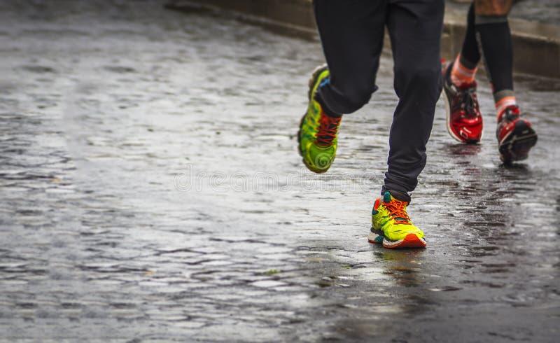 Marathonlauf an einem regnerischen Tag stockfoto