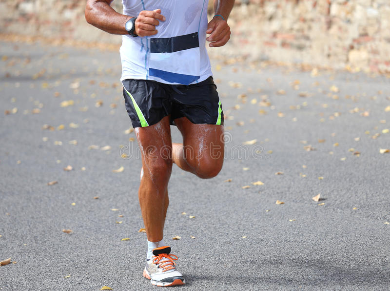 Marathonloper tijdens het ras in de stad wordt gezweet die royalty-vrije stock afbeelding