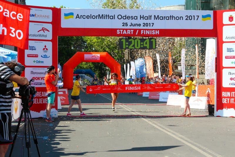 Marathonsiegerfrau am Ende Glückliche Marathonläuferziellinie lizenzfreie stockfotos