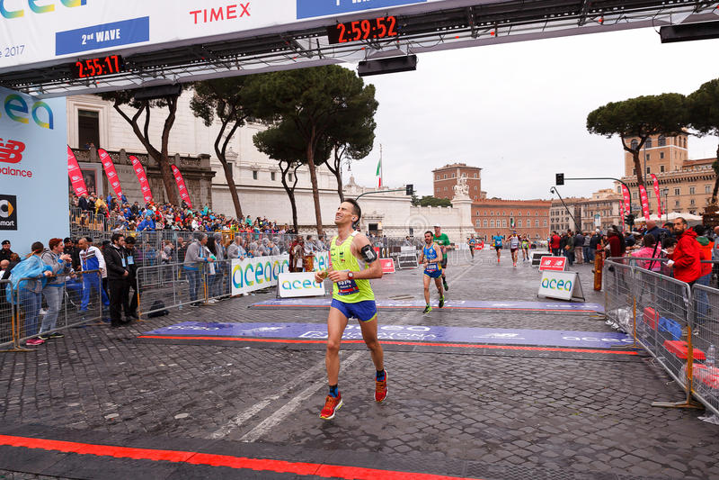 Maratońscy biegacze na przyjazdzie przy metą zdjęcie royalty free
