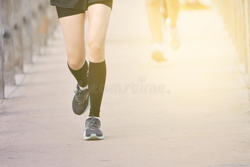 Maraton Biegający W Świetle Wieczoru, Biegający Po Miejskiej Drodze, Zdolność Biegania Na Szlaku obrazy stock