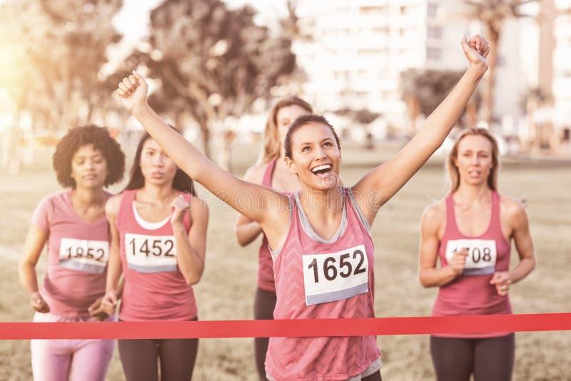Maraton för bröstcancer för bifallbrunett vinnande fotografering för bildbyråer