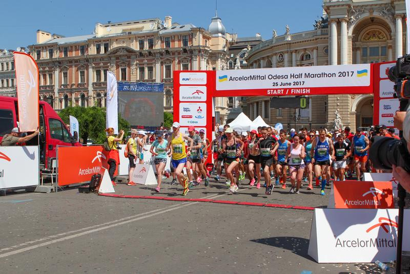 Maraton startande linje Kör konkurrens Köra för män och för kvinnor royaltyfria bilder