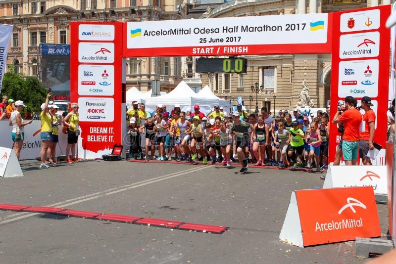 Maraton z dziećmi Żartuje biegaczów przy zaczyna linią przy lata maratonem obrazy stock