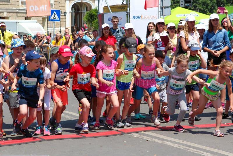 Maraton z dziećmi Dzieciaków biegacze przy metą przy lata maratonem obrazy royalty free