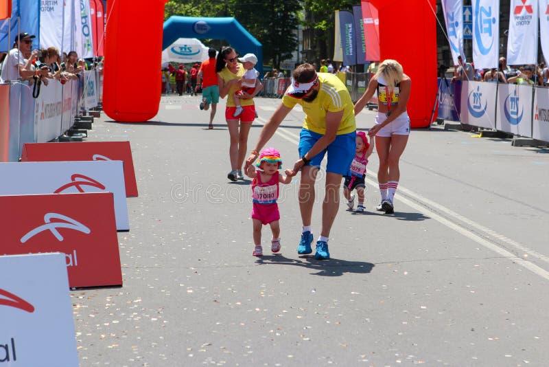 Maraton z dziećmi Dzieciaków biegacze przy metą przy lata maratonem fotografia royalty free