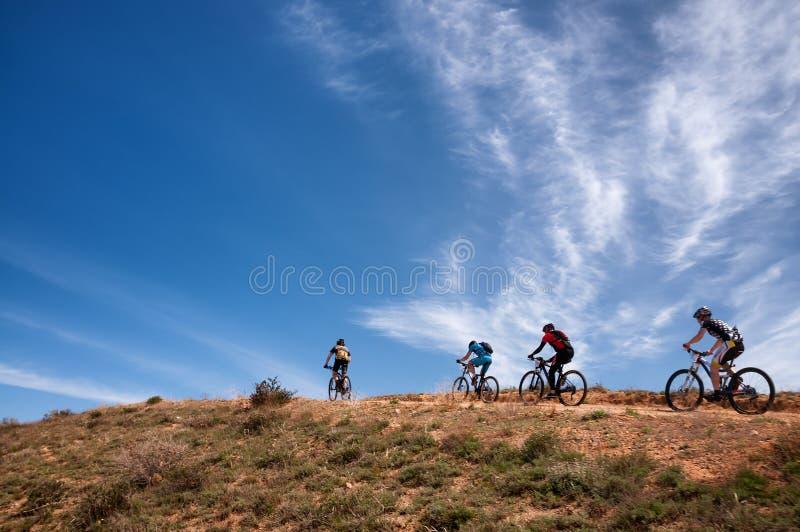 Maratona através dos campos do Mountain bike da aventura fotografia de stock royalty free