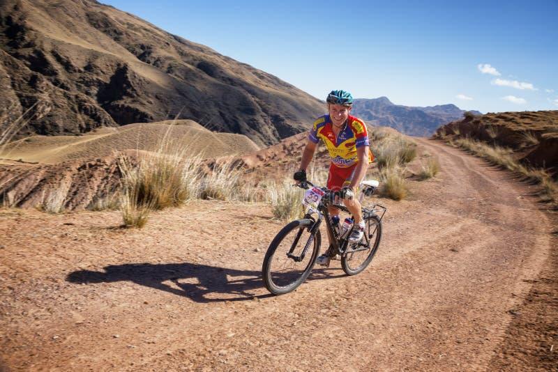 Maratona através dos campos do Mountain bike da aventura imagens de stock