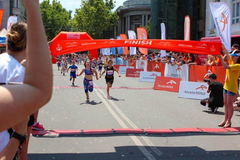 Maratona com crianças Corredores da criança no meta no maraton do verão imagem de stock royalty free
