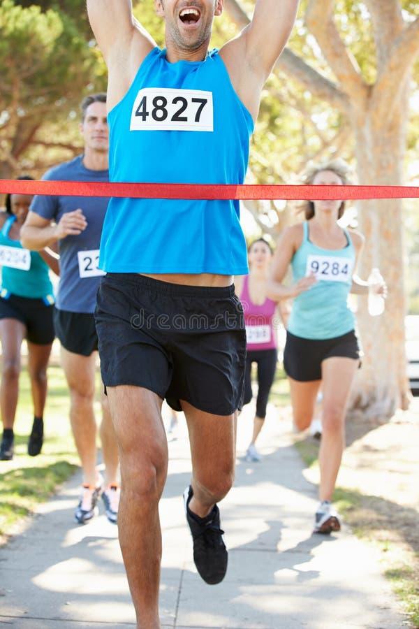 Maratona di conquista del corridore maschio fotografie stock