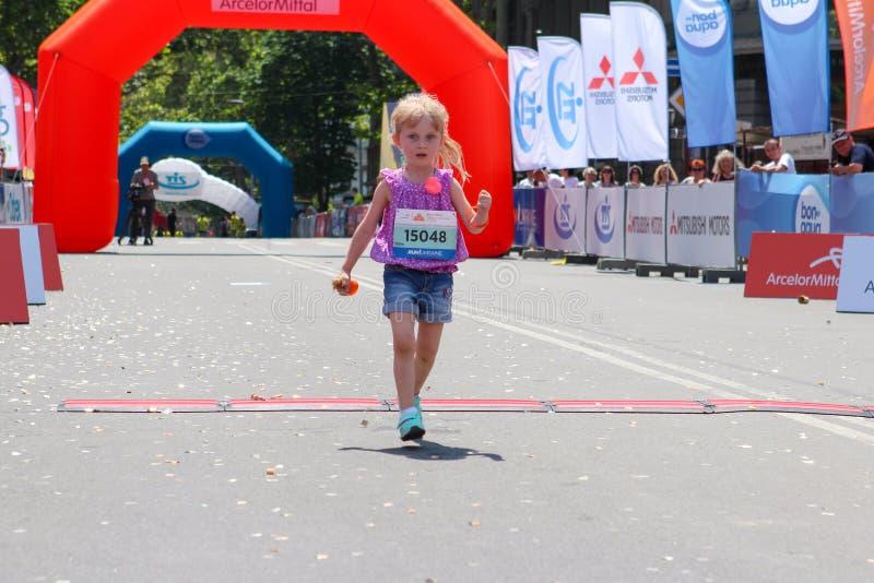 Maratona running das crianças da menina imagem de stock royalty free