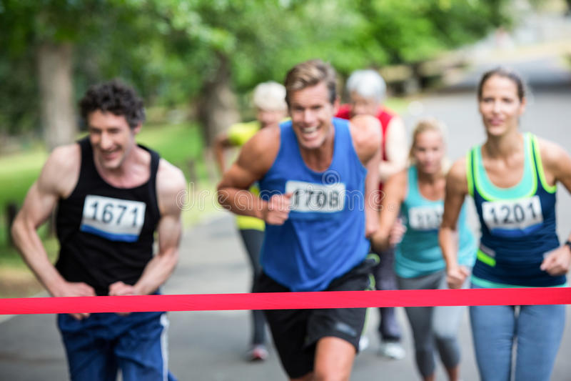 Maratonidrottsman nen nästan mållinjen fotografering för bildbyråer