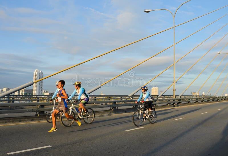 Maratonlöpare över kabelbron royaltyfri foto
