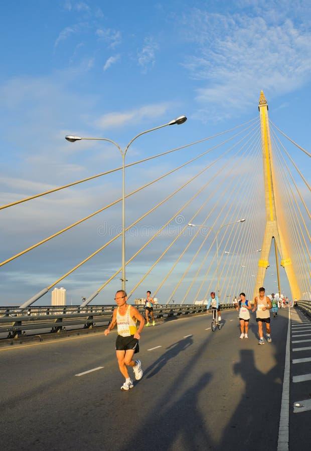 Maratonlöpare över kabelbron royaltyfri fotografi