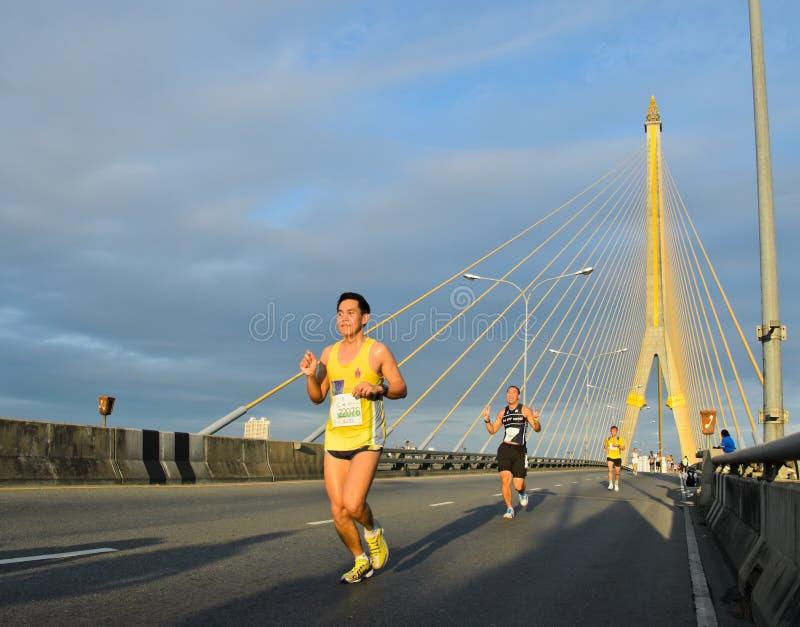 Maratonlöpare över kabelbron arkivbilder