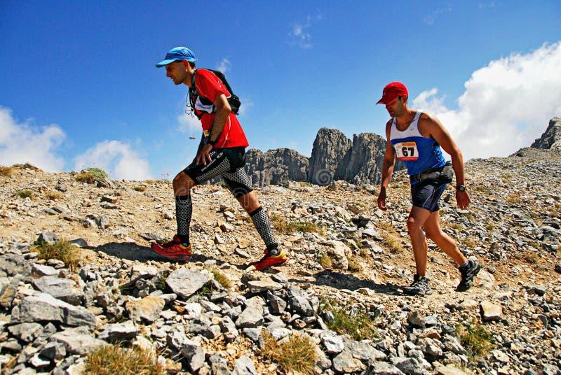 Maratonlöpare på det Olympus berget arkivfoto