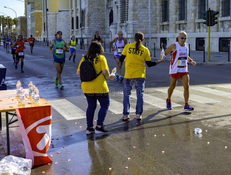 Maratonspringlopp, löpare på vägen arkivbild