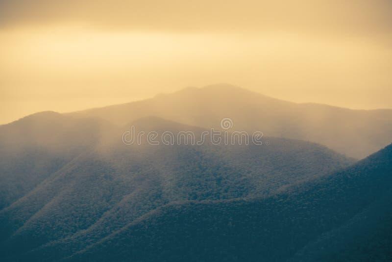 A maravilha de Misty Mountain Ranges imagem de stock