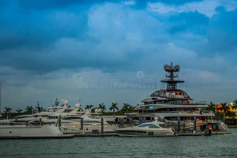 Maravillosamente y barco enorme de propiedad privada en Miami, la Florida imágenes de archivo libres de regalías