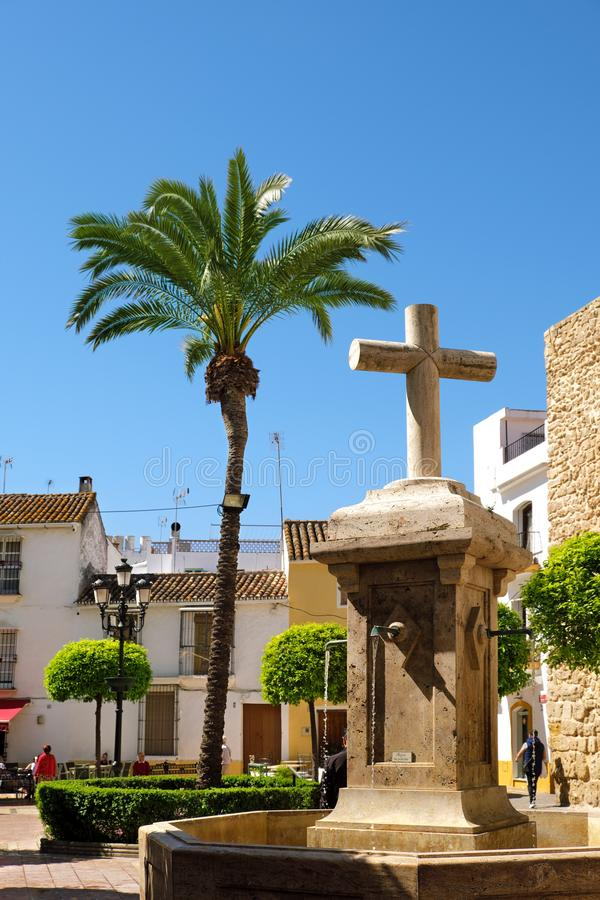"Marbella, Ισπανία - 13 Μαρτίου 2019: Πηγή και Palmtree της ""Plaza de Λα Iglesia ""πλατείας  στοκ εικόνα με δικαίωμα ελεύθερης χρήσης"