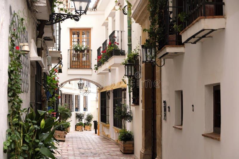 Marbella Andalucia Hiszpania stara grodzka typowa Hiszpańska wioska białkujący domy zwężają się ulicę fotografia stock